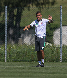 21.07.2015, Trainingsplatz, Walchsee, AUT, FC Augsburg, Trainingslager, im Bild Markus Weinzierl (Trainer FC Augsburg) gibt Anweisungen, // during a training session of the German Bundesliga Club FC Augsburg at the Trainingsplatz in Walchsee, Austria on 2015/07/21. EXPA Pictures © 2015, PhotoCredit: EXPA/ Eibner-Pressefoto/ Krieger<br /> <br /> *****ATTENTION - OUT of GER*****