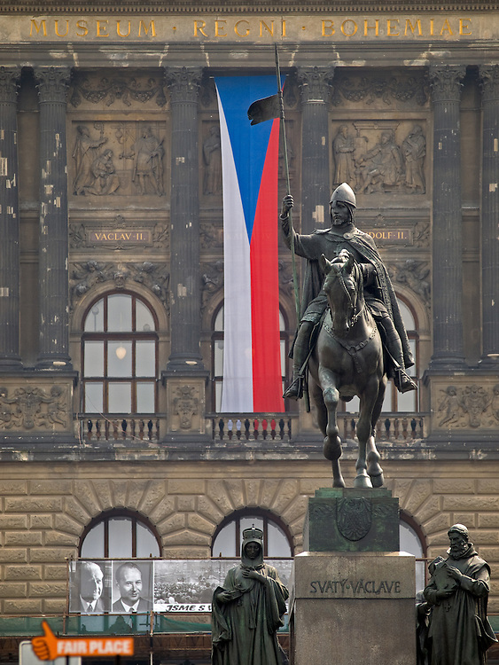 "Der obere Teil des Wenzelsplatzes in Prag mit dem Wenzelsdenkmal. Im Hintergrund die tschechische Nationalflagge und das Nationalmuseum. Im Vodergrund die Ausstellung mit dem Titel ""und die Panzer kamen"" über die August-Invasion 1968 der Truppen des Warschauer Paktes.<br /> <br /> The upper part of Wenceslas Square with the Czech national flag, Wenceslav monument and the National Museum in the back. In front an open air exhibition about the soviet invasion 1968."