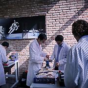 """Attività nei laboratorii della ditta torinese Argotec che ha un contratto di esclusiva con l'Esa per la preparazione e il confezionamento del cosiddetto bonus food, cioè il """"cibo della festa"""" degli astronauti."""