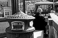 Lecce - Salento - Un anziano attende il trascorrere del giorno in Piazza Sant'Oronzo. In primo piano un cestino per i rifiuti riprodotto secondo gli antichi disegni.