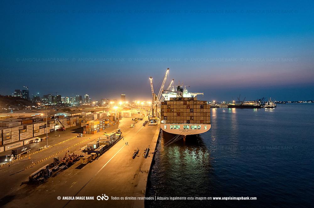Um navio a ser descarregado no Porto de Luanda. Angola