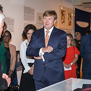 NLD/Amsterdam/20181003 - Koning opent tentoonstelling 1001 vrouwen in de 20ste eeuw, Ellie Lust geeft uitleg aan de koning