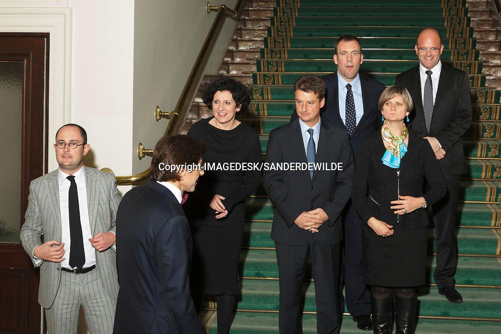 2011-12-06 groepsfotos van de nieuwe regering en haar ministers.  S. VANACKERE, V D. REYNDERS . J. VANDE LANOTTE,  h. V. VAN QUICKENBORNE, Mevr. J. MILQUET, .Mevr. L. ONKELINX, Mevr. S. LARUELLE, .P. DE CREM,  P. MAGNETTE, A. TURTELBOOM,  O. CHASTEL, M. DE CONINCK, De h. M. WATHELET, Ph. COURARD, De h. S. VERHERSTRAETEN.Mevr. M. DE BLOCK, De h. H. BOGAERT,.De h. J. CROMBEZ, Elio di Rupo