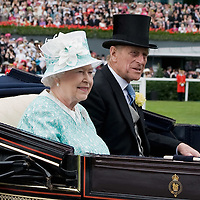 ASCOT, ENGLAND - JUNE 18:  HM The Queen accompanied by HRH the Duke of Edinburgh arrive for Ladies Day  at Ascot Racecourse on June 18, 2009 in Ascot, England.  (Photo by Marco Secchi/Getty Images)