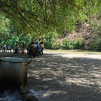 Elaboración del sancocho en la riberas de un rio, en la selva de Birongo, Edo. Miranda. Venezuela