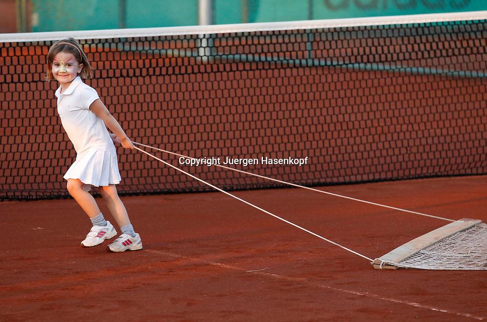 Ali Bey Manavgat Tennis Camp,Tuerkei, kleines Maedchen (4) mit Gesichtsbemalung zieht den Platz ab,Einzelbild,Ganzkoerper,Querformat,