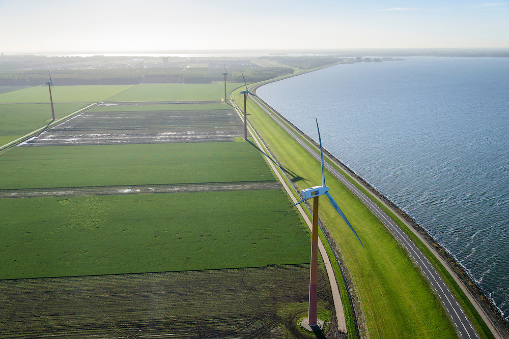 Nederland, Flevoland, Gemeente Almere, 24-10-2013; Almere-Pampus, Kustzone Almere. Zicht op Muiderhoek, locatie voor een mogelijke IJmeerverbinding (IJmeerlijn). Foto richting Almere-Stad en Gooimeer.<br /> Windmills along the coast in Almere Poort, viewed in direction Almere-Stad.<br /> luchtfoto (toeslag op standaard tarieven);<br /> aerial photo (additional fee required);<br /> copyright foto/photo Siebe Swart.