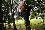 Svizzera, San Gallo, asilo nel bosco , I giochi pre-fabbricati in genere non esistono; è la natura a offrire gli strumenti per il gioco, sviluppando tutti i sensi del bambino, che è libero di scieglere con cosa e con chi relazionarsi.  ......Switzerland, St. Gallen, kindergarten in the wood. Children are free to run and enjoy in the wood no matter cold or snow.....