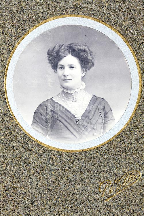round portrait of adult woman 1900s set in a golden passe-partout