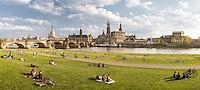 Dresden Altstadt vom Neustädter Elbufer unterhalb der Augustusbrücke, ganz links über der Augustusbrücke die Kuppel des Ausstellungsgebäudes der Kunstakademie, dann die Frauenkirche, das Neue Ständehaus mit Turm, rechts die Hofkirche, dahinter der Hausmannsturm des Residenzschlosses und die Semperoper.