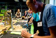 De 'Amalia-viool', die koning Willem-Alexander en koningin M&aacute;xima op Koningsdag kregen, heeft sinds woensdag een nieuw thuis. M&aacute;xima nam het instrument mee naar het landelijk Instrumentendepot Leerorkest in Amsterdam, dat ze woensdag bezocht.  <br /> AMSTERDAM - Queen M&aacute;xima  gives a violin Sanne wiering  to Queen M&aacute;xima visits Wednesday, September 16th as Platform Honorary Ambassadors Music rural Instrument Depot Leerorkest in Amsterdam. The visit takes place in the context of music education in elementary school. Amsterdam Queen Maxima handed out the Amalia violin to founder Dhr. De Souza and Sanne Wiering during her visit at the Instrumentendepot Leerorkest, as ambassador of the Platform Music education, in Amsterdam.<br /> The Queen received the violin, last Kingsday in Dordrecht, as a present. COPYRIGHT ROBIN UTRECHT <br /> AMSTERDAM - Koningin M&aacute;xima GEEFT EEN VIOOL AAN Sanne wiering  Koningin M&aacute;xima bezoekt woensdag 16 september als erevoorzitter van het Platform Ambassadeurs Muziekonderwijs het landelijk Instrumentendepot Leerorkest in Amsterdam. Het bezoek vindt plaats in het kader van muziekonderwijs op de basisschool. Amsterdam