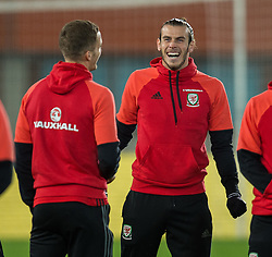 VIENNA, AUSTRIA - Thursday, October 6, 2016: Wales' Gareth Bale (C) stands with Joe Ledley and the other Welsh players as they inspect the pitch before Wales face Austria in a 2018 FIFA World Cup Qualifying Group D match at the Ernst-Happel-Stadion. (Pic by Peter Powell/Propaganda)
