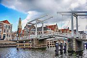 Nederland, the Netherlands, Haarlem, 27-3-2016Stadsbeeld van de binnenstad met een ophaalbrug over de rivier het Spaarne .In 1245 kreeg het stadsrechten van Willem II van Holland . Aan het eind van de middeleeuwen was Haarlem een van de belangrijkste steden van Holland geworden. In de Vroegmoderne Tijd ontwikkelde de stad zich op industrieel gebied als textielstad en op cultureel gebied als schildersstad met Frans Hals als een van de bekendste schilders uit de Gouden Eeuw . Links de toren van De Bakenesserkerk .FOTO: FLIP FRANSSEN/ HH