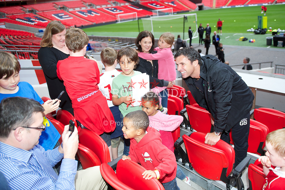 LONDON, ENGLAND - Tuesday, September 6, 2011: Wales manager Gary Speed meets School children from Wales during a training session at Wembley Stadium ahead of the UEFA Euro 2012 Qualifying Group G match against England. (Pic by David Rawcliffe/Propaganda)
