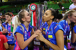 11-05-2017 ITA: Finale Liu Jo Modena - Igor Gorgonzola Novara, Modena<br /> Novara heeft de titel in de Italiaanse Serie A1 Femminile gepakt. Novara was oppermachtig in de vierde finalewedstrijd. Door een 3-0 zege is het Italiaanse kampioenschap binnen. / Laura Dijkema #14, /sara Bonifacio #9<br /> <br /> ***NETHERLANDS ONLY***