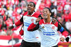 Ronaldinho Gaúcho comemora seu gol durante a partida entre as equipes do Internacional e Flamengo, válida pela 18ª rodada do Campeonato Brasileiro, no Estadio Beira Rio em Porto Alegre. FOTO: Marcelo Campos/Preview.com