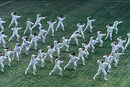 Hong Kong. . Tai chi in the stadium .    / Taï Chi  collectif dans le stade.