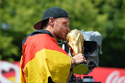 15.07.2014, Brandenburger Tor, Berlin, GER, FIFA WM, Empfang der Weltmeister in Deutschland, Finale, im Bild Shkodran Mustafi (GER) kuesst den FIFA-WM-Pokal, // during Celebration of Team Germany for Champion of the FIFA Worldcup Brazil 2014 at the Brandenburger Tor in Berlin, Germany on 2014/07/15. EXPA Pictures © 2014, PhotoCredit: EXPA/ Eibner-Pressefoto/ Harzer<br /> <br /> *****ATTENTION - OUT of GER*****