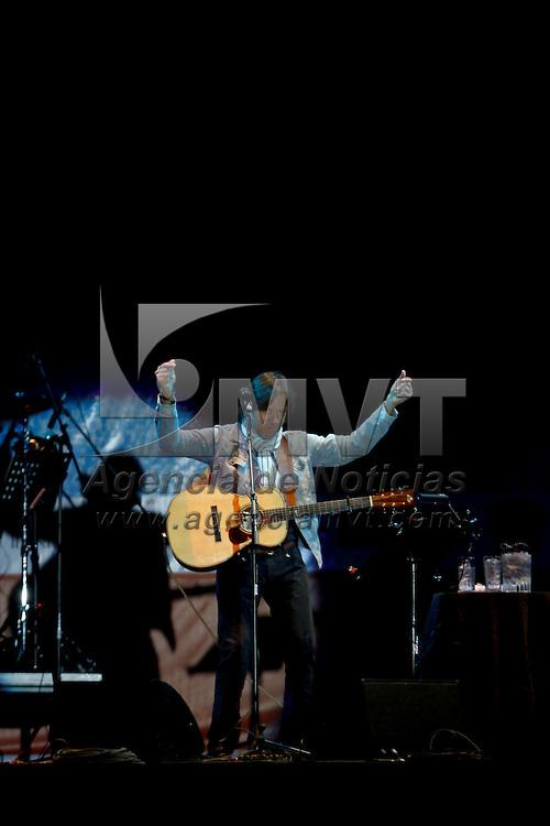 METEPEC, México.- El músico y cantautor  nicarangüense Hernaldo Zuñiga engalano la noche con su presentación en el Festival de Quimera 2011, el público asistente coreo cada una de sus canciones recordando sus éxitos. Agencia MVT / Crisanta Espinosa. (DIGITAL)