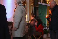 Mannheim. 11.03.17   BILD- ID 021  <br /> Innenstadt. Marktplatz. Marktplatzkirche St. Sebastian. Stay &amp; Pray. <br /> Im M&auml;rz startet mit &bdquo;Stay &amp; Pray&ldquo; in der Mannheimer Marktplatzkirche St. Sebastian ein neues Gottesdienstformat in der Quadratestadt. Dieses offene spirituelle Angebot soll Menschen viermal im Jahr  jeweils samstagabends die M&ouml;glichkeit geben, Kirche einmal anders zu erleben. Die Besucher bestimmen, ob sie sich eine kurze oder auch l&auml;ngere Auszeit g&ouml;nnen &ndash; frei nach der biblischen Aufforderung &bdquo;Stay &amp; Pray &ndash; Wachet und betet.&ldquo; (Matth&auml;us 26,41). <br /> <br /> Der &bdquo;Stay &amp; Pray&ldquo;-Abend beginnt mit der Messe in St. Sebastian um 17 Uhr. Anschlie&szlig;end steht die Kirche bis 22 Uhr offen. Zum Abschluss gibt es ein Nachtgebet &ndash; die Komplet &ndash; mit eucharistischem Segen. <br /> <br /> Bild: Markus Prosswitz 11MAR17 / masterpress (Bild ist honorarpflichtig - No Model Release!)