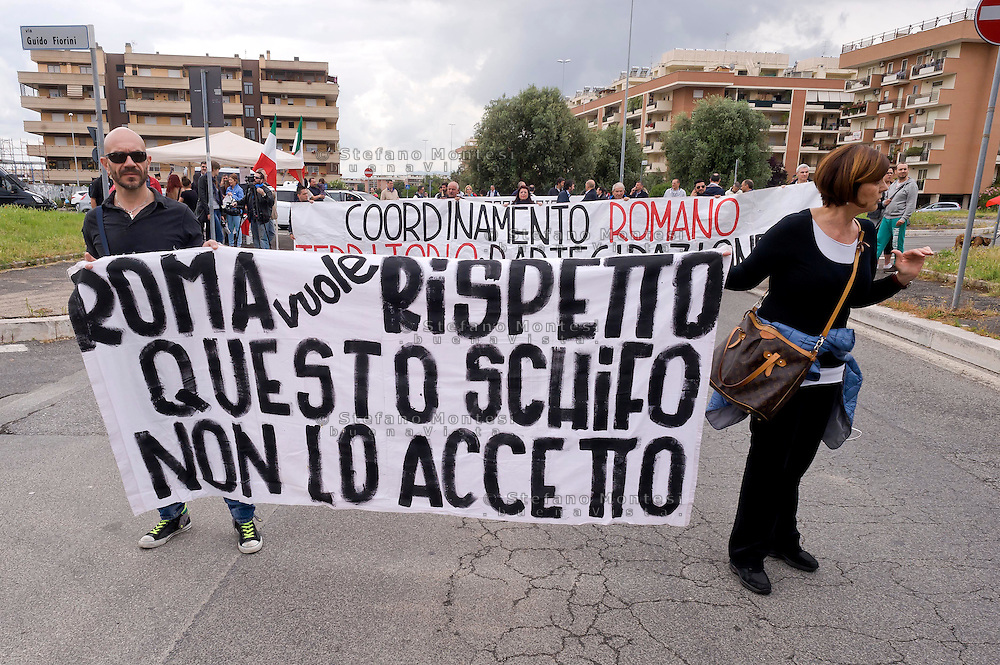Roma 24 maggio 2015<br /> Diverse centinaia di rappresentanti di circa settanta tra i comitati di quartiere e associazioni, insieme ad esponenti della destra, sono scesi in strada a Ponte di Nona,periferia  di Roma per la manifestazione indetta da CAOP (Coordinamento azioni operative di Ponte di Nona) per chiedere la chiusura di campi nomadi.<br /> Rome May 24, 2015<br /> Several hundred representatives of about seventy between neighborhood committees and associations, along with right-wingers, took to the streets a Ponte di Nona, suburb of Rome for the demonstration called by CAOP (Coordination operational actions of Ponte di Nona) to demand the closure of gypsy camps.