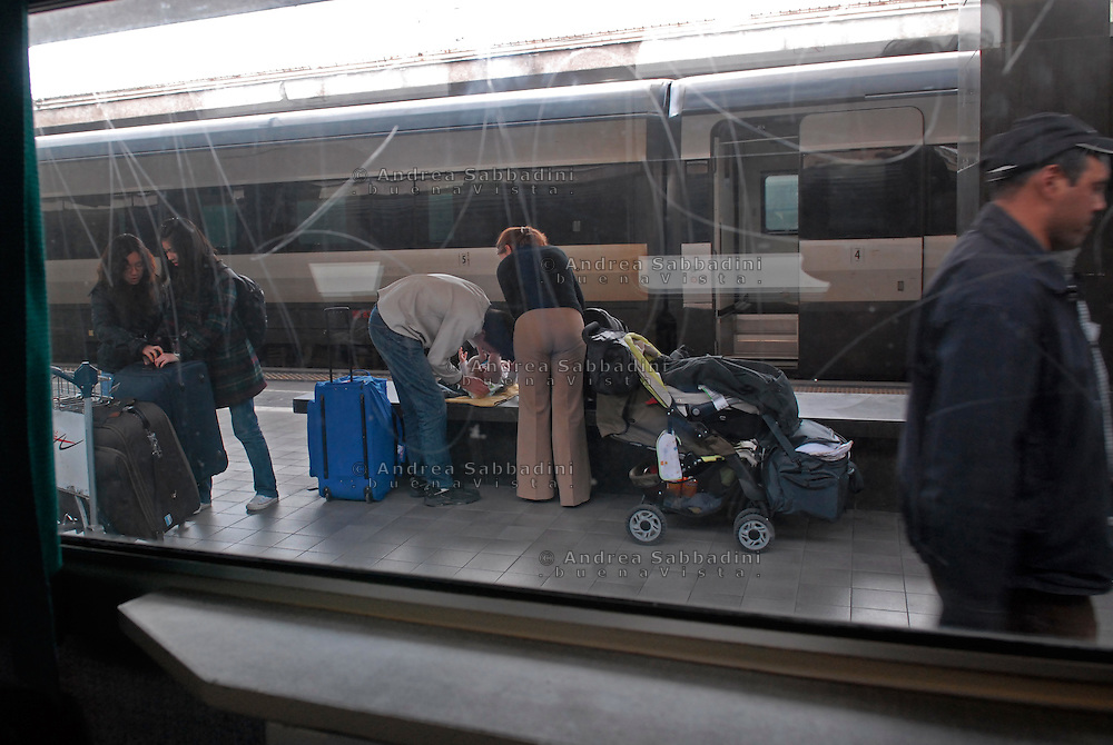 Roma, 31/03/2008: famiglia di turisti cambia il proprio bambino su una panchina della stazione Termini.<br /> &copy;Andrea Sabbadini
