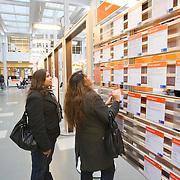 Nederland Rotterdam 26-03-2009 20090326 Foto: David Rozing ..Serie UWV, 2 allochtone vrouwen bekijken vacatures. UWV Werkbedrijf lokatie Schiekade centrum Rotterdam, de vroegere arbeidsbureaus ( CWI UWV ) De werkloosheid in Nederland begint op te lopen. Dat blijkt uit de jongste cijfers die het Centraal Bureau voor de Statistiek (CBS) de oorzaak is de krediet crisis Holland, The Netherlands, dutch, Pays Bas, Europe,  , allochtoon, allochtone, vrouw, meid, jonge, jonge,  allochtonen, ..Foto: David Rozing