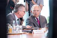 21 JUN 2017, BERLIN/GERMANY:<br /> Thomas de Maiziere (L), CDU, Bundesinnenminister, und Wolfgang Schaeuble (R), CDU, Bundesfinanzminister, im Gespraech, vor Beginn der Kabinettsitzung, Bundeskanzleramt<br /> IMAGE: 20170621-01-008<br /> KEYWORDS: Kabinett, Sitzung, Thomas de Maizière, Wolfgang Sch&auml;uble, Gespr&auml;ch