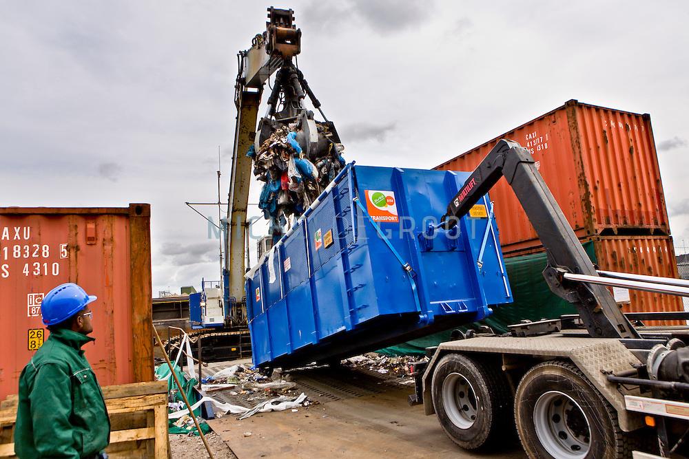 Bij afvalverwerkingsbedrijf AEB in Amsterdam wordt een proef gedaan met afvalvervoer dmv duwboten in samenwerking met afvalverwerkingsbedrijf SITA