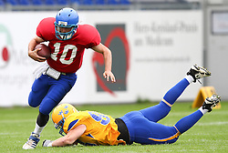 29.07.2010, Brita Arena, Wiesbaden, GER, Football EM 2010, Team Sweden vs Team Great Britain, im Bild Olof Flemstroem, (Team Sweden, DL, #98) versucht Eber Kington, (Team Great Britain, QB, #10) zu stoppen,  EXPA Pictures © 2010, PhotoCredit: EXPA/ T. Haumer / SPORTIDA PHOTO AGENCY