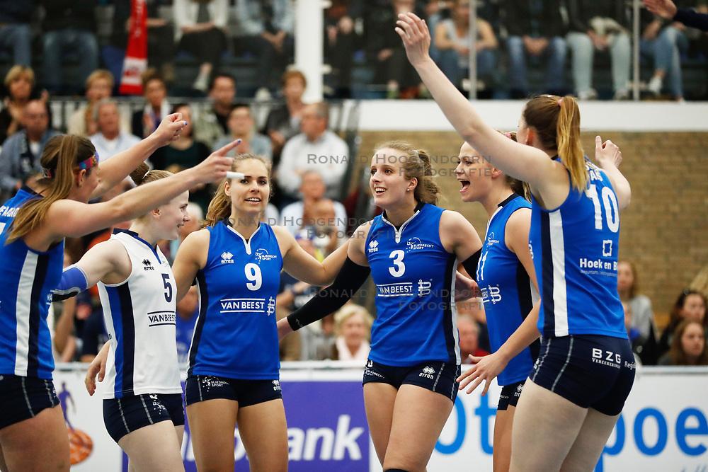 20170430 NED: Eredivisie, VC Sneek - Sliedrecht Sport: Sneek<br />Sliedrecht Sport viert een punt, Esther van Berkel (9), Esther Hullegie (3), Inge Molendijk (11) of Sliedrecht Sport <br />&copy;2017-FotoHoogendoorn.nl / Pim Waslander