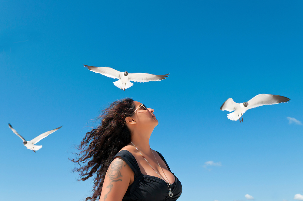 USA,Vereinigte Staaten,Florida Frau am Strand mit drei Möwen    |  USA,Florida, woman on beach with three seagulls   |