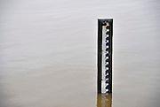 Nederland, Leuth, 12-1-2011Een peilstok staat langs de Waal in de uiterwaarden. Bij 17 meter gaat het water de dijk over. In 1995 was de stand 16 meter 45. Gelderse Poort. Foto: Flip Franssen/HollandseHoogte