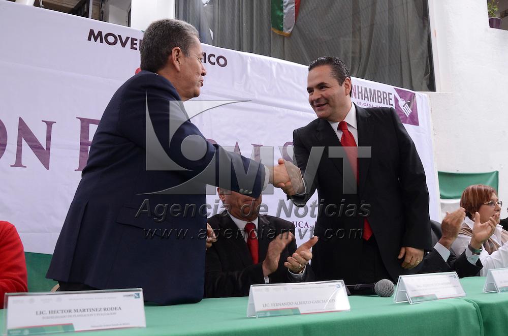 Toluca, México.- Fernando Alberto García Cuevas y Edmundo Rafael Ranero Barrera, anterior y nuevo delegado federal de SEDESOL respectivamente, durante su presetación en la Instalaciones de la delegacion en Toluca. Agencia MVT / Arturo Hernández.