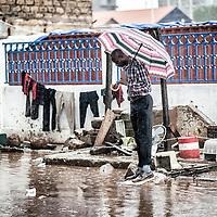 23/07/2014. Conakry. Guinée Conakry.  Les rues de la capitale sont inondées. La saison des pluies en Guinée Conakry peut durer jusqu'à six mois. ©Sylvain Cherkaoui/Cosmos pour M le magazine du Monde