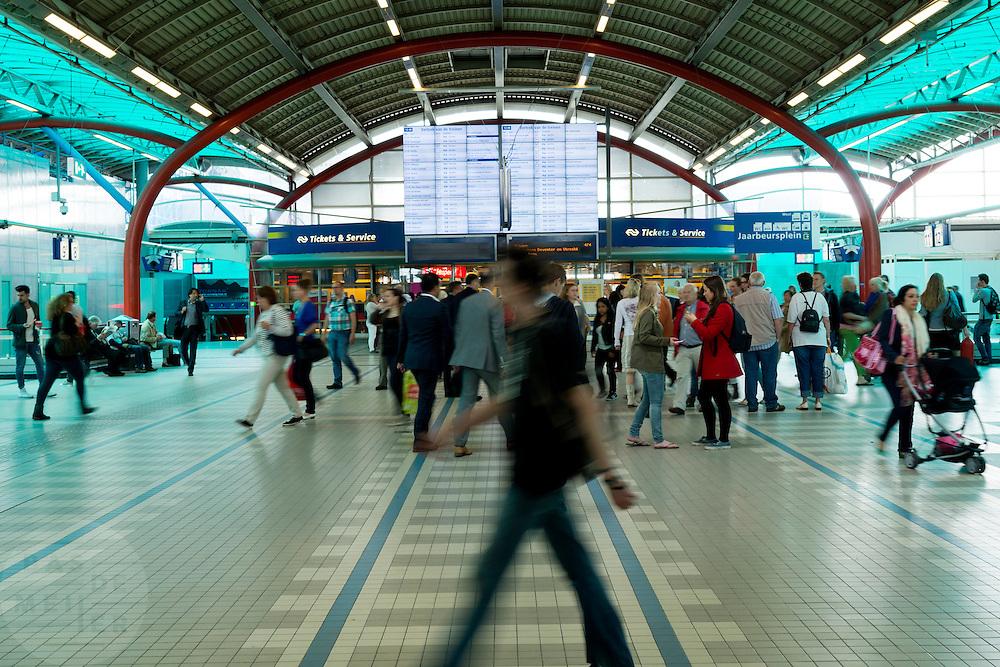 De huidige stationshal van Utrecht CS. Het hele station van Utrecht gaat op de schop om het grote aantal reizigers te kunnen verwerken.<br /> <br /> The main hall of Utrecht Central Station. The whole station of Utrecht is being reconstructed to handle the big amount of travelers.