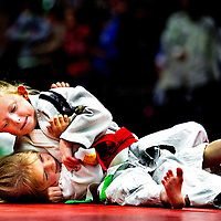 SERIE ROOKIE<br /> Nederland, Mierlo, 09-05-2015.<br /> Judo, Houvast Toernooi, M1 Klasse tot 20 kg. Gevecht tussen 2 vier-jarigen eindigt met een houdgreep.<br /> Foto: Klaas Jan van der Weij