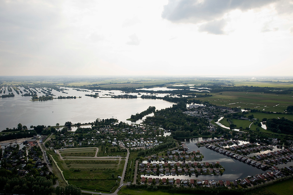 """Nederland, Noord-Holland, Abcoude, 17-06-2008; pal naast autosnelweg A2 is Buitenborgh gebouwd: """"luxe vrijstaande recreatievilla's met open vaarwater naar de Vinkenveensche Plassen (citaat makelaarsbrochure); hoewel het bestemmingsplan (streekplan) bouw in dit deel vh Groene Hart verbiedt, mochten deze woningen wel gebouwd omdat ze (op papier) niet permanent bewoond worden; recreatiewoning, tweede huis, vakantiewoning, planologie, verloedering van het landschap, milieu, toerisme, mobiliteit; ..luchtfoto (toeslag); aerial photo (additional fee required); .foto Siebe Swart / photo Siebe Swartte"""