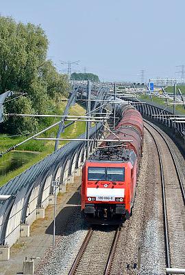 Nederland, Andelst, 3-11-2013Een goederentrein rijdt over de betuweroute richting Rotterdam. Hij bestaat uit wagons die gemaakt zijn voor het  vervoer van kolen of erts, ijzererts.De treinen moeten in Duitsland op het bestaande spoor, waardoor vertraging ontstaat.Foto: Flip Franssen/Hollandse Hoogte