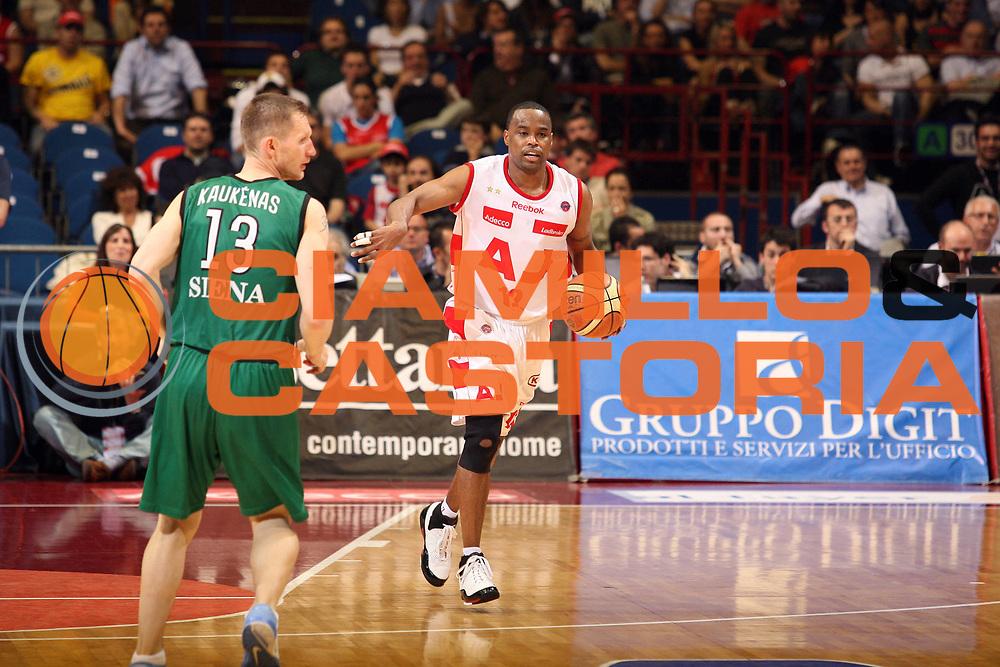 DESCRIZIONE : Milano Lega A1 2007-08 Playoff Semifinali Gara 2 Armani Jeans Milano Montepaschi Siena<br /> GIOCATORE : Melvin Booker<br /> SQUADRA : Armani Jeans Milano<br /> EVENTO : Campionato Lega A1 2007-2008 <br /> GARA : Armani Jeans Milano Montepaschi Siena<br /> DATA : 24/05/2008 <br /> CATEGORIA : Palleggio<br /> SPORT : Pallacanestro <br /> AUTORE : Agenzia Ciamillo-Castoria/S.Ceretti