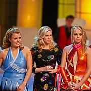 NLD/Hilversum/20110128 - Live show Sterren Dansen op het IJs2011, Jenny en monique Smit luisteren naar het jury commentaar