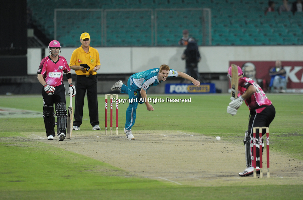 16.12.2011 Sydney, Australia.Brisbane Heats bowler Alister MaDermott in action during the KFC T20 Big Bash League game between Sydney Sixers and Brisbane Heat at the Sydney Cricket Ground.