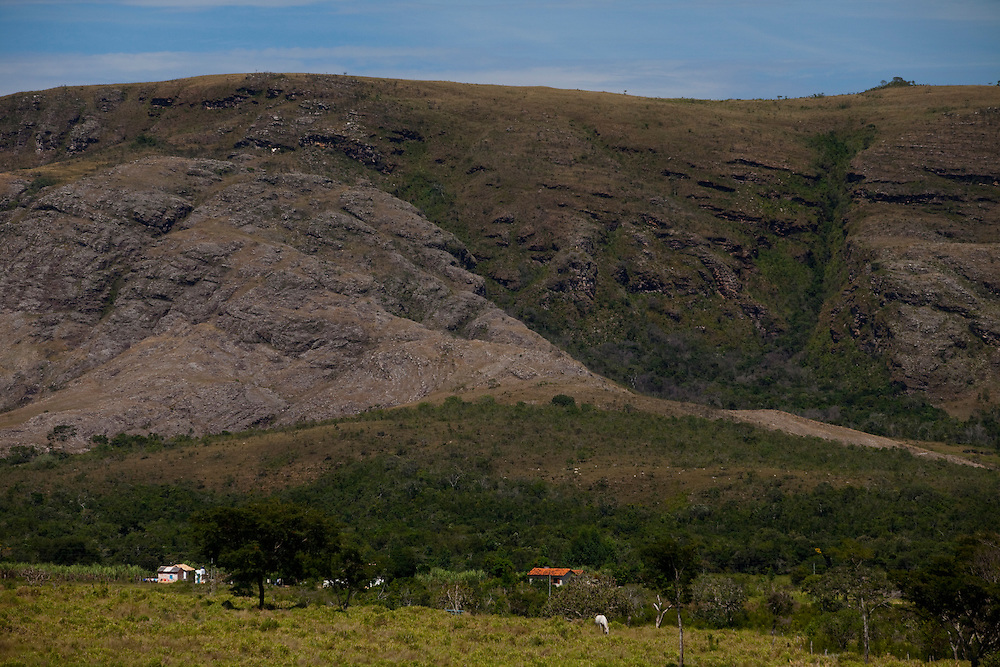 Congonhas do Norte_MG, Brasil...A Serra do Espinhaco foi considerada pela Unesco em 27 de junho de 2005 a setima reserva da biosfera brasileira, devido a sua grande diversidade de recursos naturais. Na foto, a vista da Serra do Espinhaco em Congonhas do Norte in Minas Gerais...The Espinhaco Mountain Range represents the largest and most continuous Precambrian orogenic belt of Brazil territory, The extent of the Biosphere Reserve (over three million hectares) and its biological, geomorphological and historical importance justify the implementation of measures aimed at the preservation of this mountain complex. In this photo Espinhaco Mountain Range in Congonhas do Norte, Minas Gerais...Foto: LEO DRUMOND / NITRO