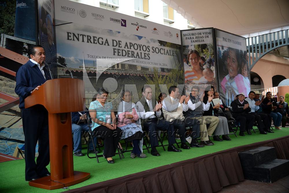 Toluca, México.- Arturo Osornio Sánchez, secretario de Desarrollo Social, durante la entrega de manera simbólica de apoyos sociales federales a familias del Estado de México inscritas a los programas que ofrece SEDESOL. Agencia MVT / Crisanta Espinosa