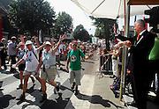 Nederland, Nijmegen, 19-7-2007<br /> Vierdaagse, de dag van Groesbeek. Traditioneel de zwaarste vanwege de zevenheuvelenweg die een vijftal heuvels heeft tussen Groesbeek en Berg en Dal.. Hier de doorkomst inGroesbeek, met rechts burgemeester Prick.<br /> Foto: Flip Franssen/Hollandse Hoogte
