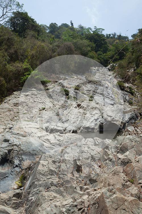 KOLUMBIEN - QUEBRADA VALENCIA - Wasserfall mit Badestellen am Bach Quebrada Valencia, welcher in der Trockenzeit, sehr wenig Wasser führt - 09. April 2014 © Raphael Hünerfauth - http://huenerfauth.ch