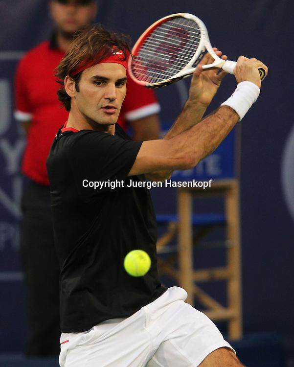 Dubai Tennis Championships 2012, ATP Tennis Turnier,International Series,Dubai Tennis Stadium, U.A.E., Roger Federer (SUI),Aktion,.Einzelbild,Halbkoerper,Hochformat,