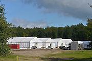 Nederland, Nijmegen, 23-9-2015Met hoge snelheid worden te tenten gebouwd voor de noodopvang van 3000 asielzoekers in natuurgebied Heumensoord. De vluchtelingen, worden hier tijdelijk gehuisvest in een tentenkamp tot uiterlijk 1 juni 2016. In 1998, werd er ook een noodkamp gevestigd. Destijds werd op Heumensoord onderdak geregeld voor een kleine 1.000 asielzoekers.Nijmegen, the Netherlands, 23-9-2015In Holland the growing number of refugees forces the government to house them temporary and improvised in unused or empty buildings and halls. Often these are rented from private owners or real-estate firms. In this case a tent camp is erected in a wooded area near the city of Nijmegen. The tents are also used during the famous four days marches on this location.FOTO: FLIP FRANSSEN/ HH