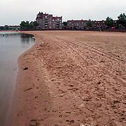Troosteloze strand aan de Zomerkade Huizen, slechte natte zomer