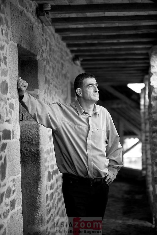 Portrait Andre Le Meut pour Bretons Mag Portrait d'Andre Le Meut pour Bretons Magazine du mois de novembre 2013. <br /> Andr&eacute; Le Meut, n&eacute; en 1964 &agrave; Ploemel, pr&egrave;s de Carnac, est un sonneur de bombarde r&eacute;put&eacute; du Morbihan. Il a &eacute;t&eacute; plusieurs fois champion de Bretagne en couple ou &agrave; la t&ecirc;te du bagad Ro&ntilde;sed-Mor de Locoal-Mendon (1993, 1999, 2003), ainsi que laur&eacute;at du grand prix Kan Ar Bobl 2003. &Eacute;galement chanteur, il travaille aux archives d&eacute;partementales du Morbihan &agrave; la publication de chants traditionnels. La plupart de ses &oelig;uvres sortent chez BNC Productions, label cr&eacute;&eacute; par Pascal Lamour, dont il est un collaborateur r&eacute;gulier.